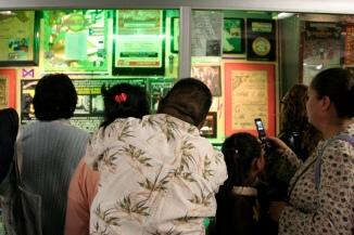 Público frente a las vitrinas de la exposición